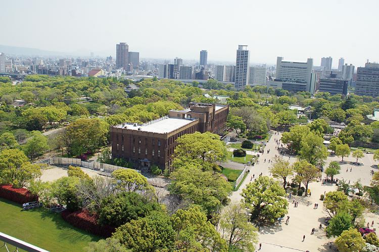 大阪城天守閣から茶色の建物が旧陸軍庁舎